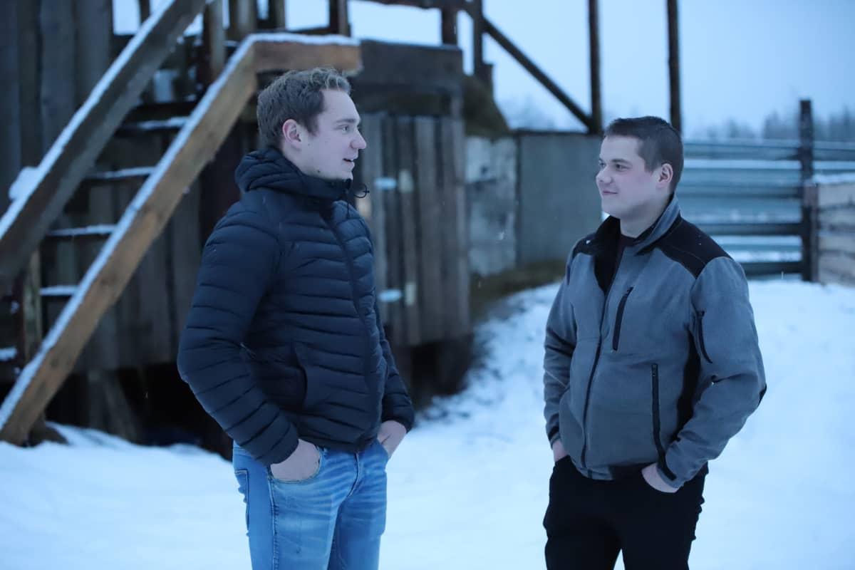Lauri Alvik ja Leander Forsblom seisovat ulkona.