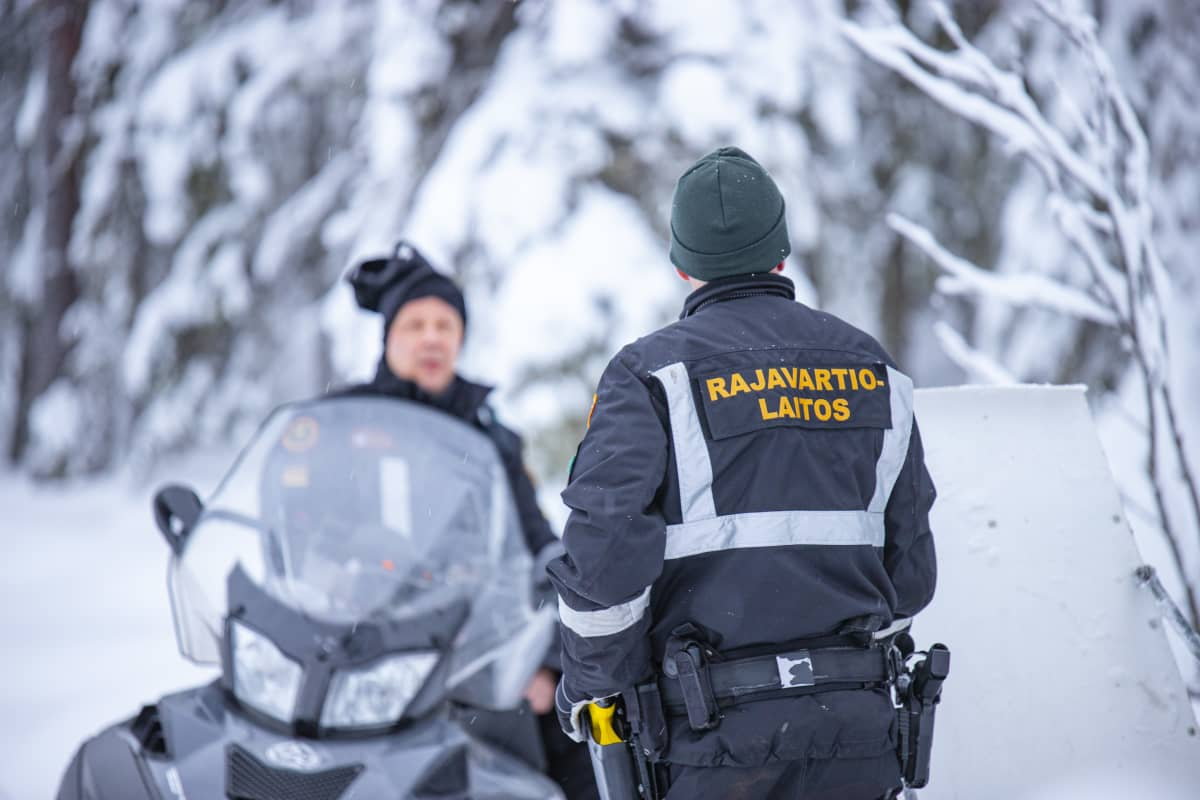 Rajavartiolaitoksen miehet Suomen rajavyöhykkeellä kelkkapartiossa.