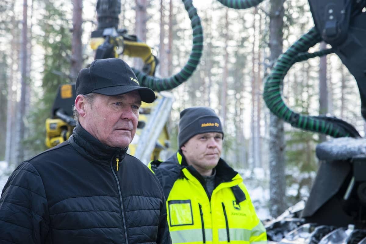Henkilökuvassa metsäkoneyrittäjä Markku Haverinen ja hänen poikansa Hannu-Pekka.