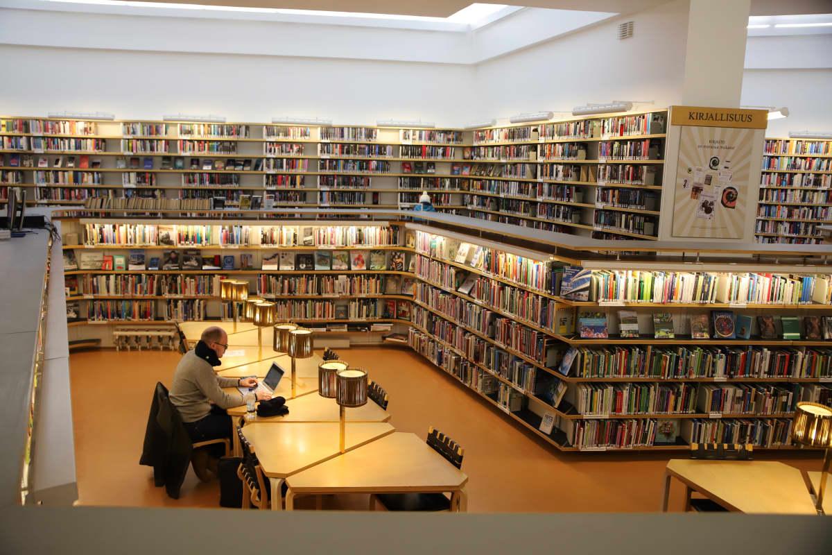 Näkymä Rovaniemen kirjaston sisätiloista.