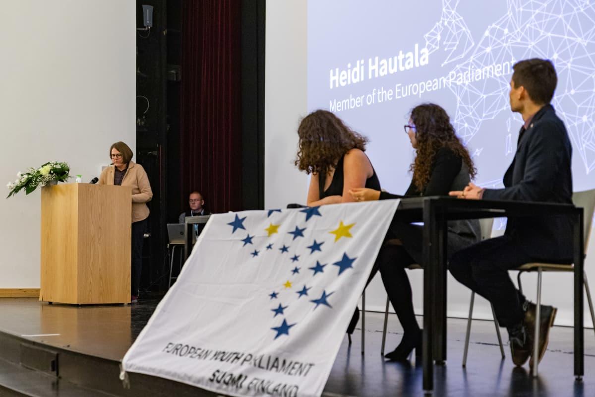 Heidi Hautala puhumassa Tampereen Tamerkosken lukion nuorisoparlamentin avajaisissa