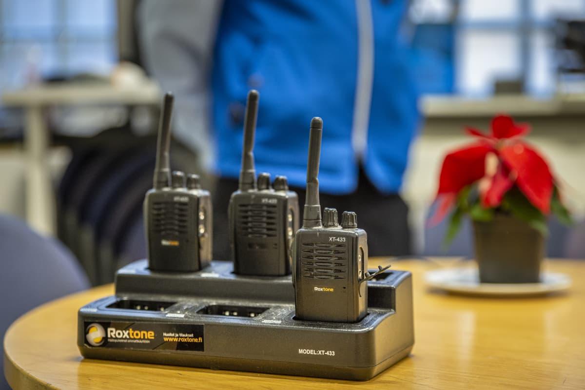 radiopuhelimia laturissa