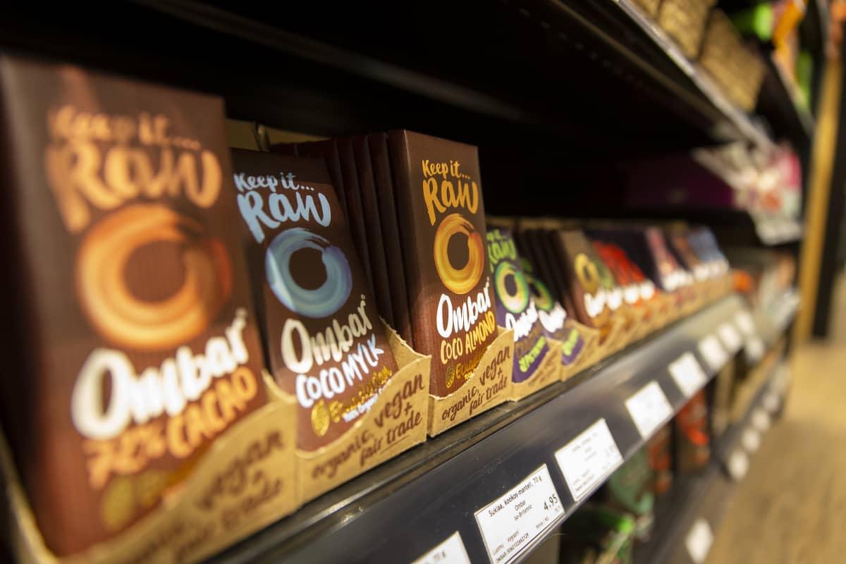 Suklaa hylly Itäkeskuksen Ruohonjuuri myymälässä