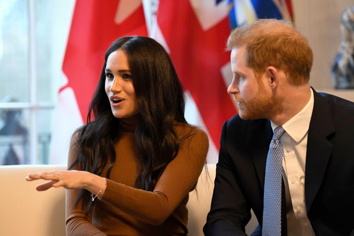 Meghan puhuu ja Harry kuuntelee.