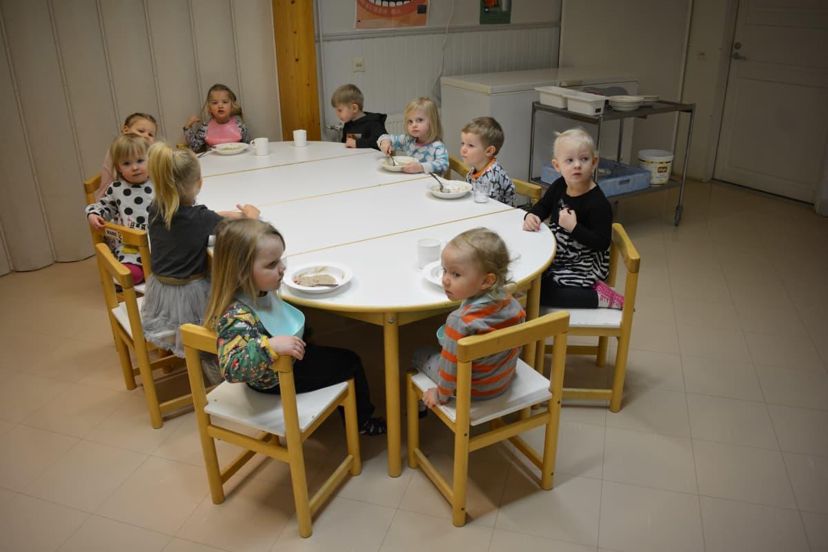 Päiväkotilapset koulun ruokalassa.