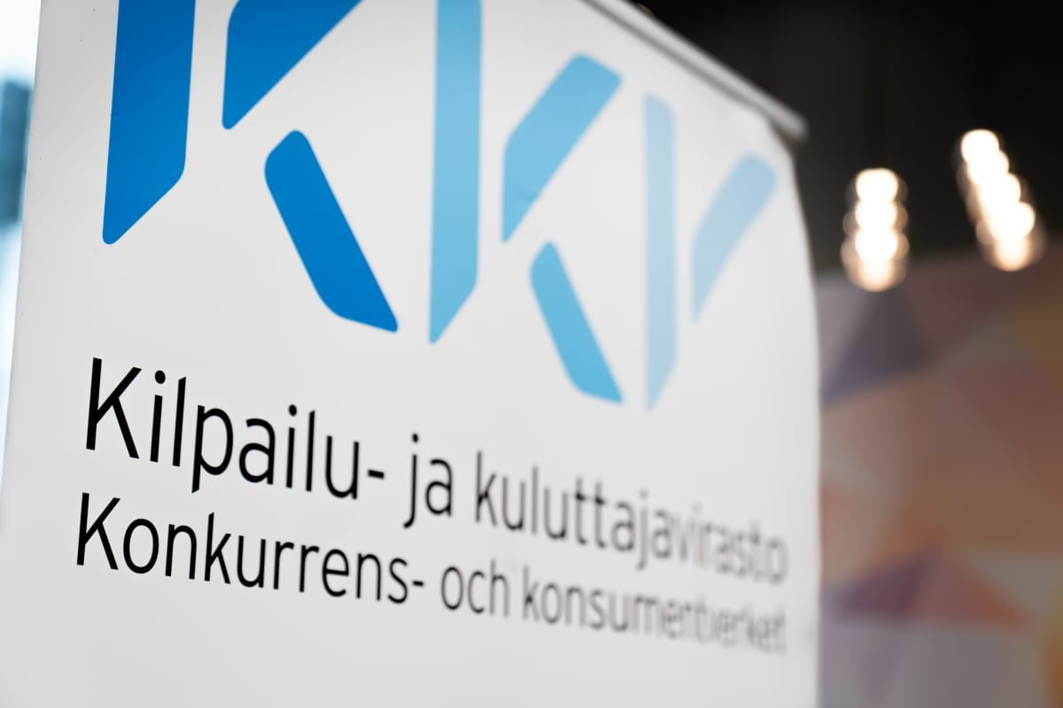 Kilpailu- ja kuluttajaviraston aulassa lähikuva logosta.