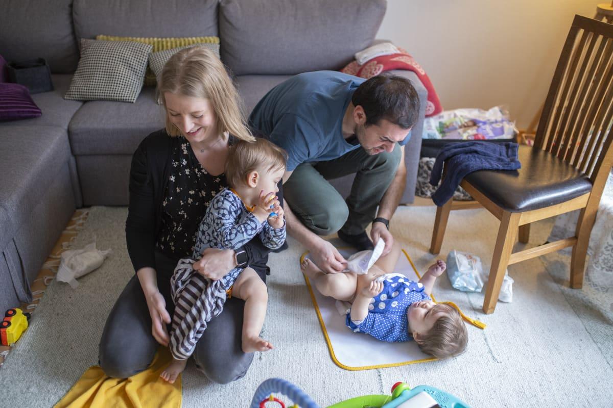 Henna Kapulainen ja Pasquale Romano vaihtavat 1-vuotialle kaksosilleen vaippoja.