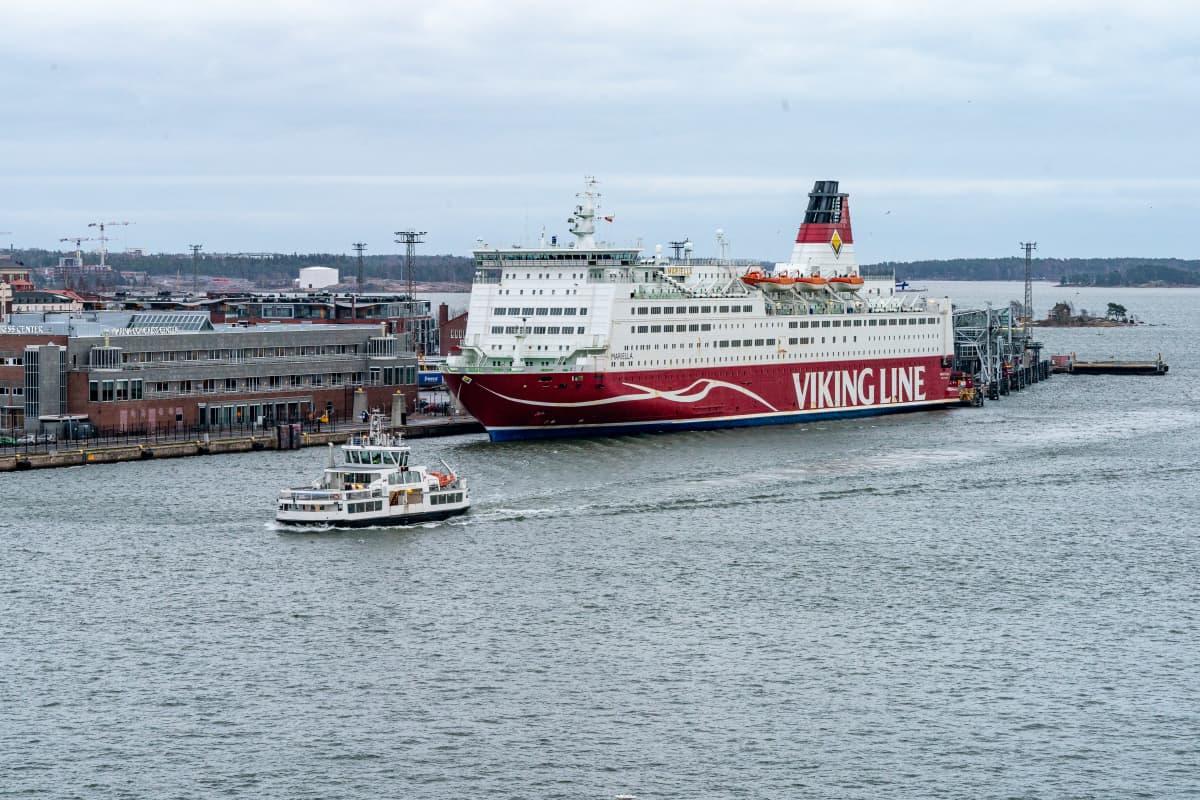Suomenlinnan lautta Viking Mariellan edessä.