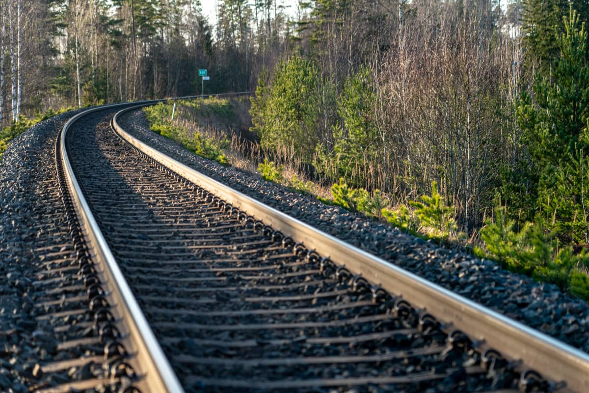 Oikealle kaartavat rautatiekiskot.