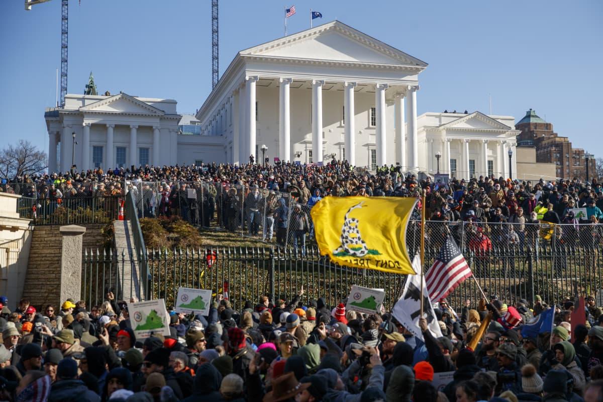 Valtava ihmisjoukko osavaltioparlamentin edessä.