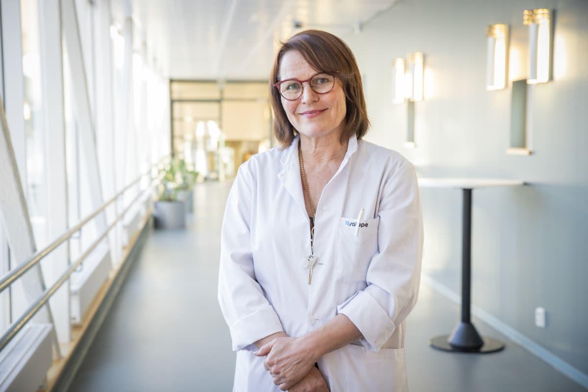 Infektioylilääkäri Irma Koivula Kuopion yliopistollisesta sairaalassa.