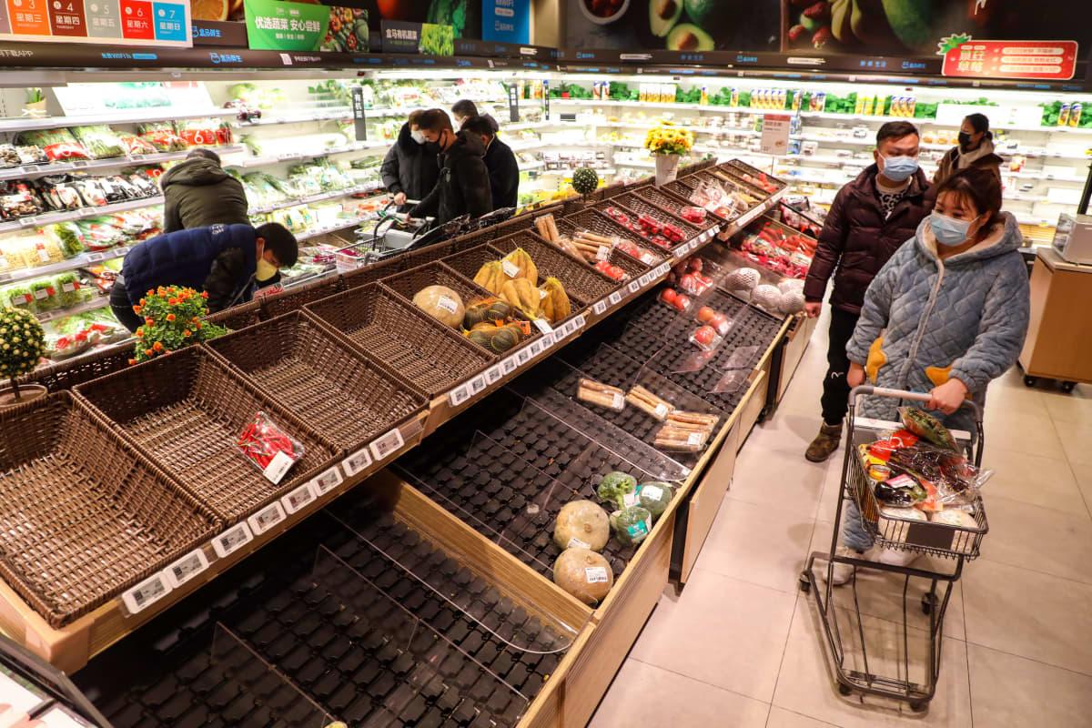 Wuhanissa kauppojen tarjonnassa on ollut puutteita. Viranomaiset lakkauttivat myös yksityisautoilun sunnuntaina ja useat suuntasivat ennen sitä ostoksille.