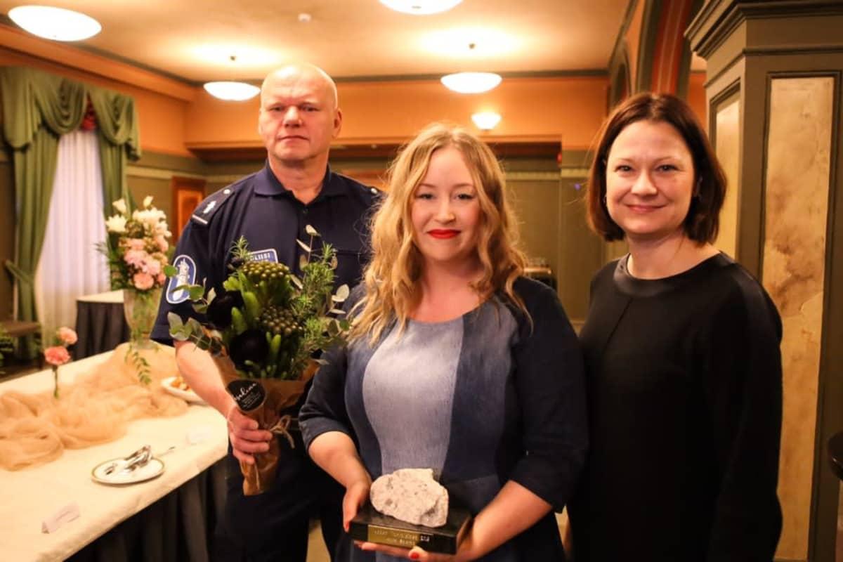 Aluepoliisi Vesa Jauhiainen, somepersoona Laura Satamo ja Turun kaupunginjohtaja Minna Arve Turun kaupungintalolla 30.1.2020.