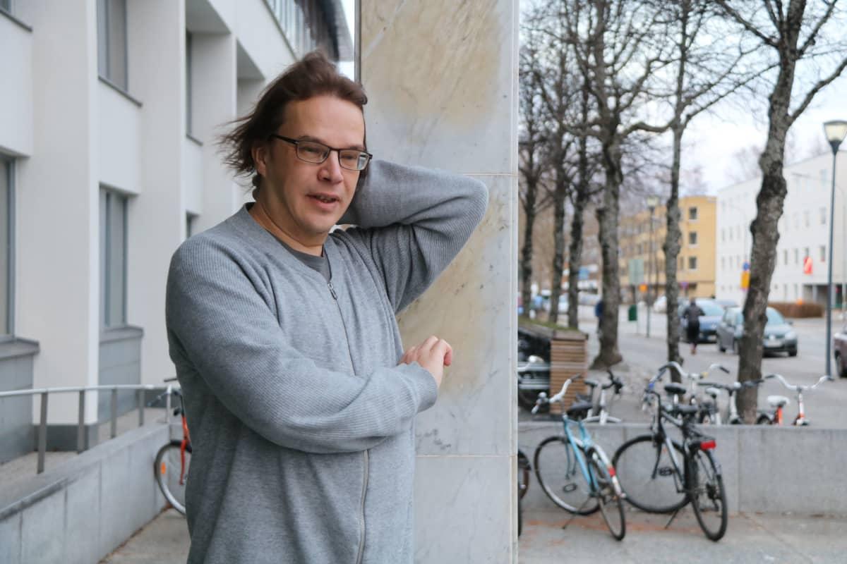kuvassa tekoälyn tutkija Ville Hautamäki seisoo Tiedepuiston edessä