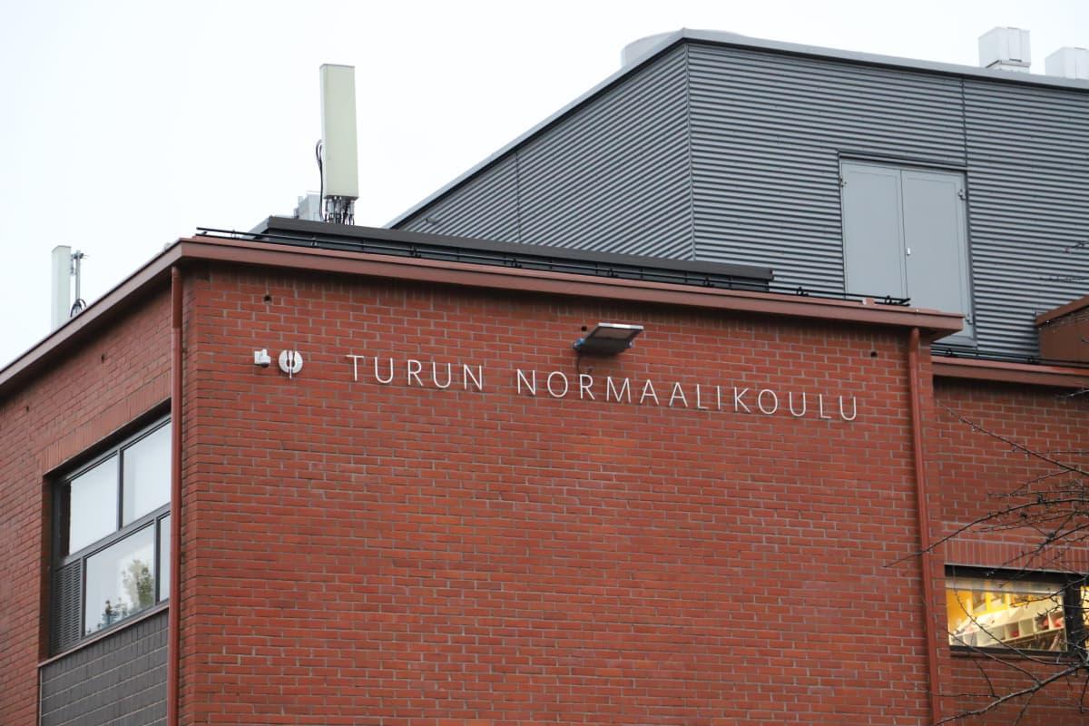Ulkokuva Turun normaalikoulusta.