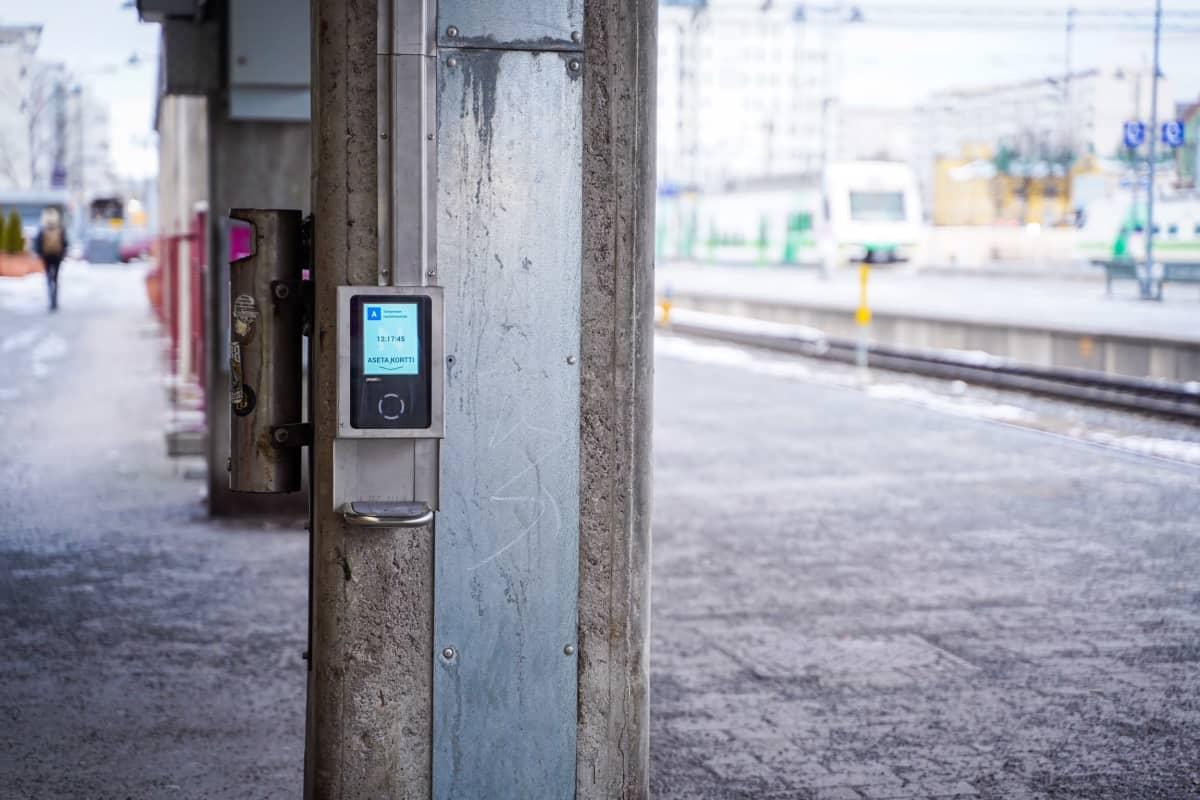 Matkalipun lukulaite Tampereen rautatieasemalla.