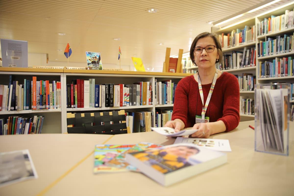 Tiina Mäntylä saamelaisen erikoiskirjaston hoitaja.