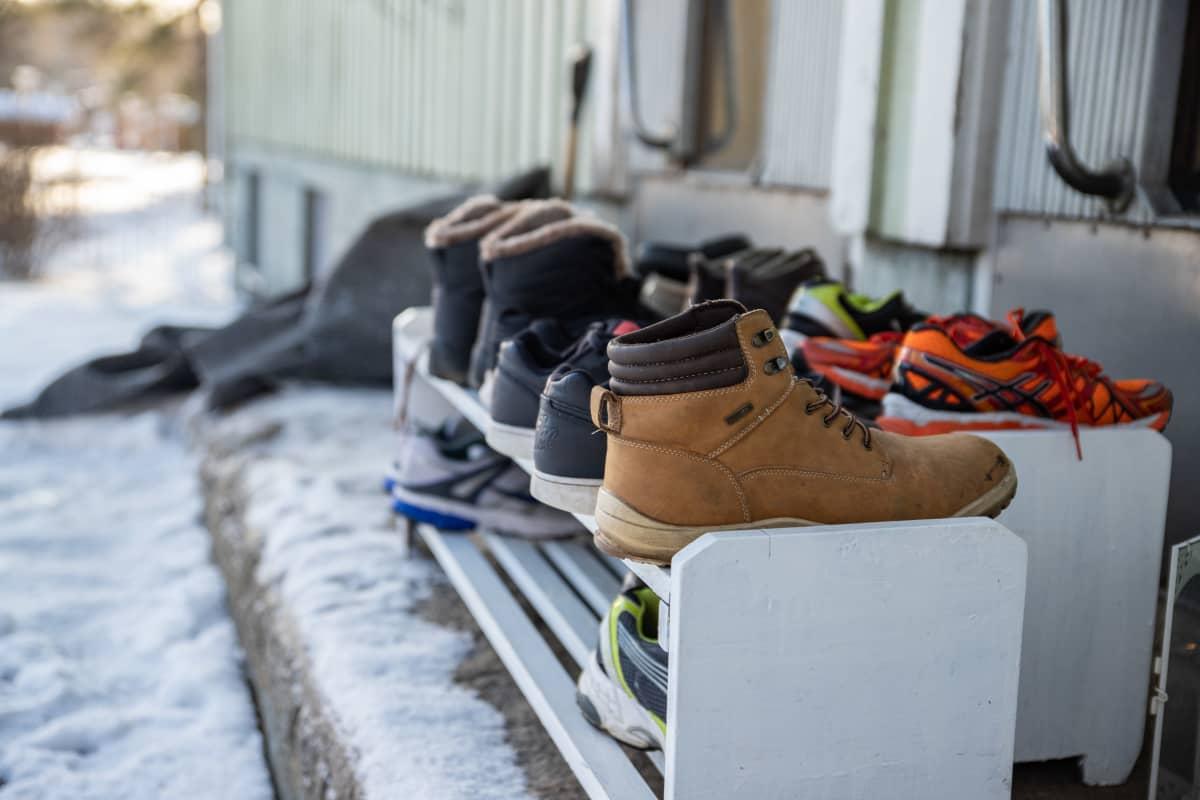 Ulos nostetut kengät telineessä Villa Hockeyn majoitustilojen edessä