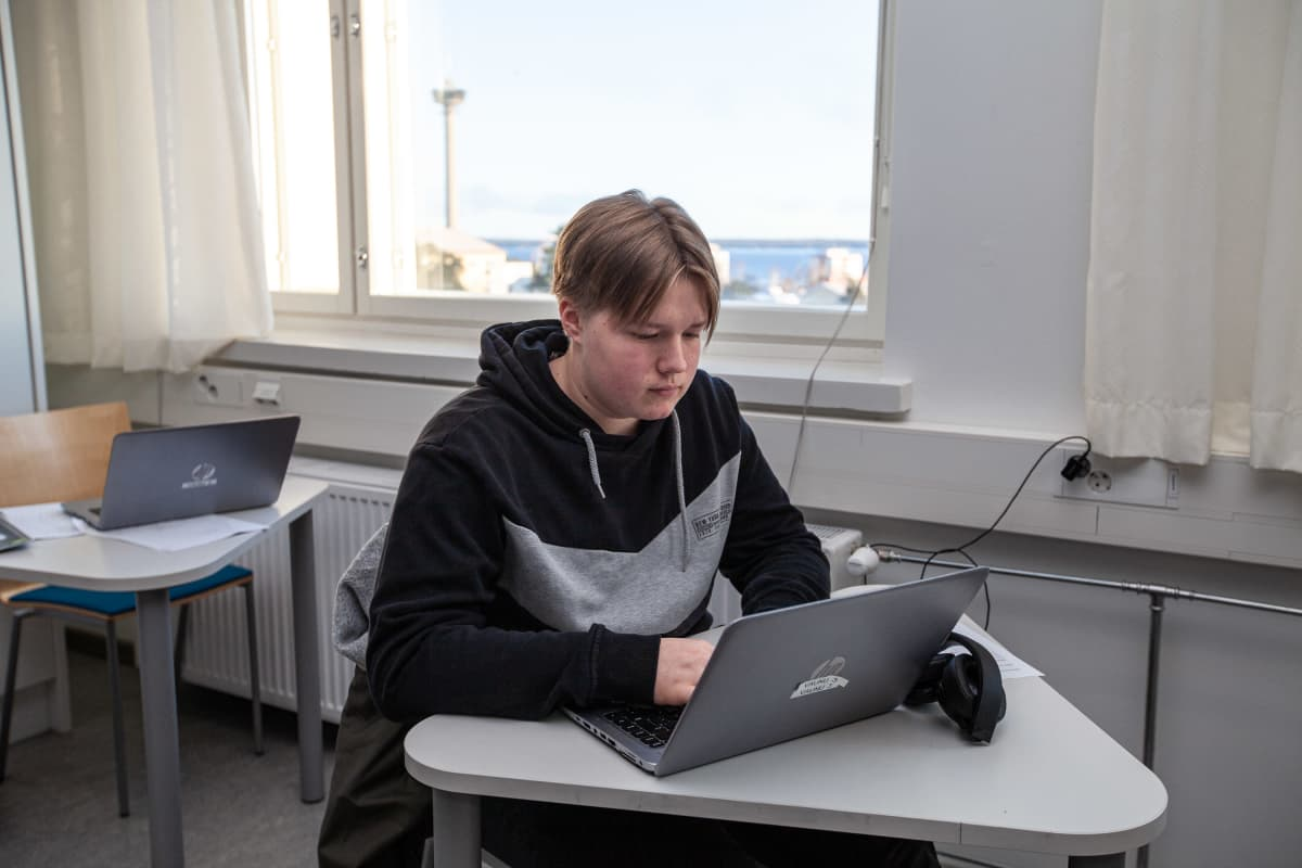Opiskelija Valtteri Heino oppitunnilla Tredussa.