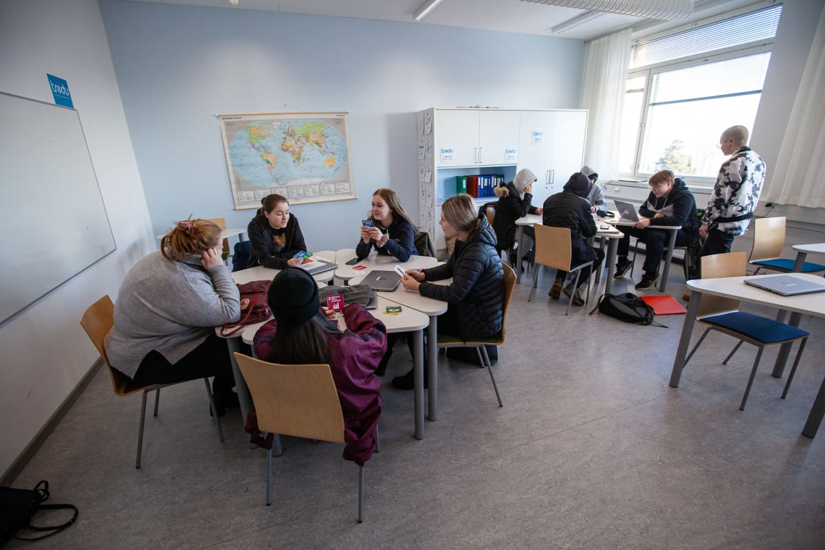 Tampereen seudun ammattiopisto Tredun opiskelijoita oppitunnilla oppitunnilla Pyynikillä.