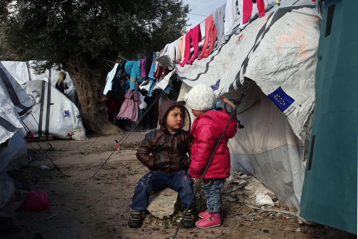 Lapset telttansa ulkopuolella Morian pakolaisleirillä Lesboksella