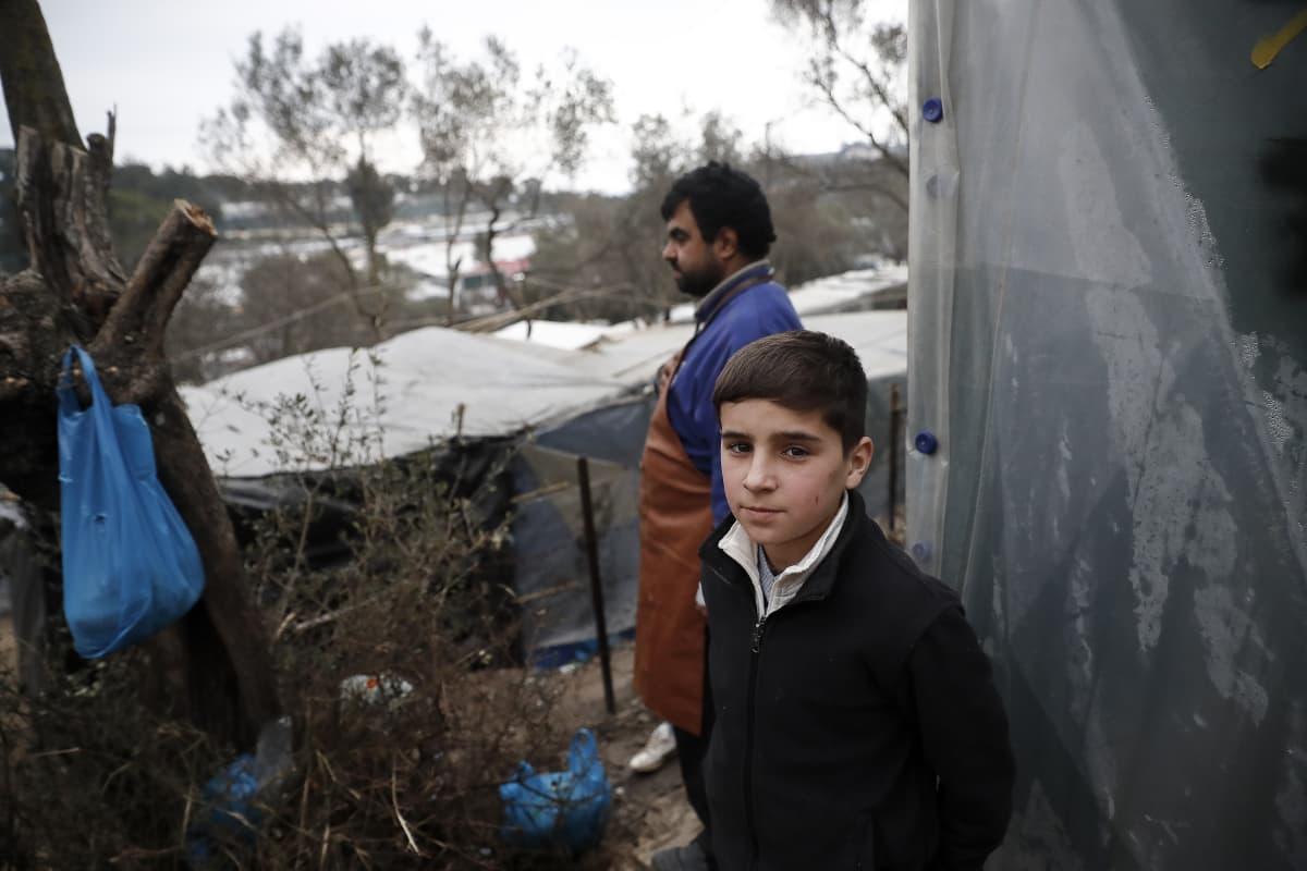 Nuori afgaanipoika telttansa edustalla Morian pakolaisleirissä Lesboksella.