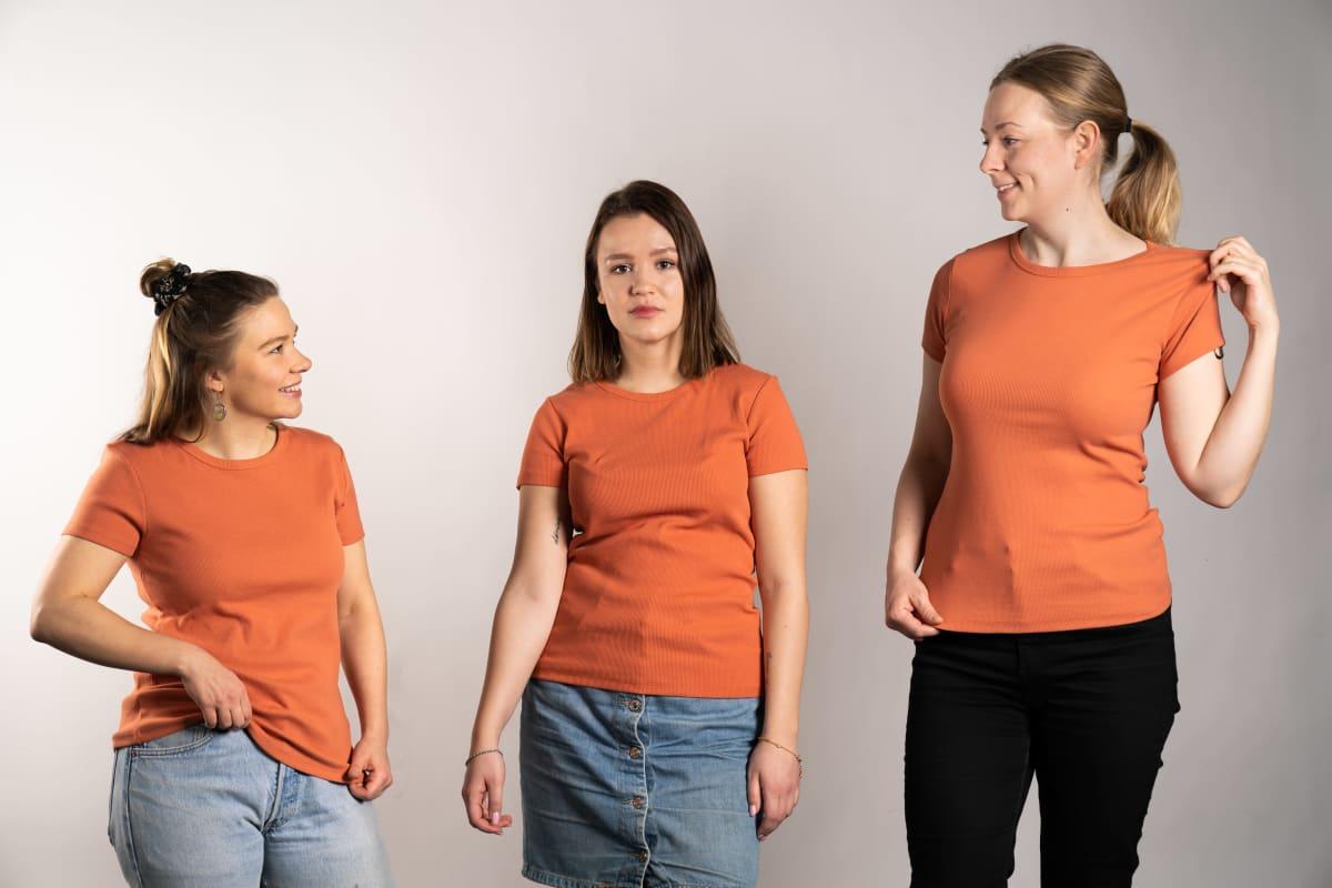 Suomalaisista naisista on tullut harteikkaampia ja pidempiä sitten 50-luvun. Kuvassa Veera Suomalaisella (vas.), Fanni Kangasvierellä ja Essi Huotarisella on päällä kokoa 38 olevat paidat. Aiemmin samaa kokoa pidettiin pluskokona.