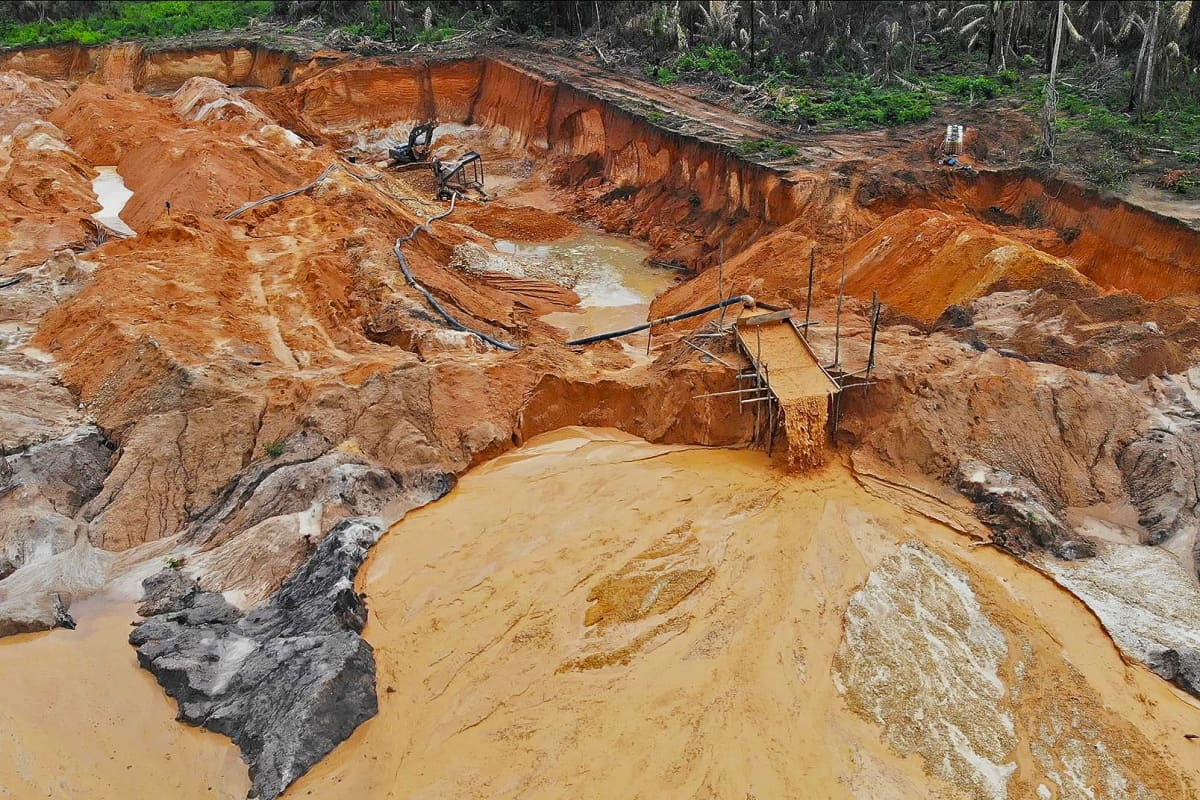 Vista aérea de um efluente de mina de ouro perto de Castelo dos Sonhos, no Brasil