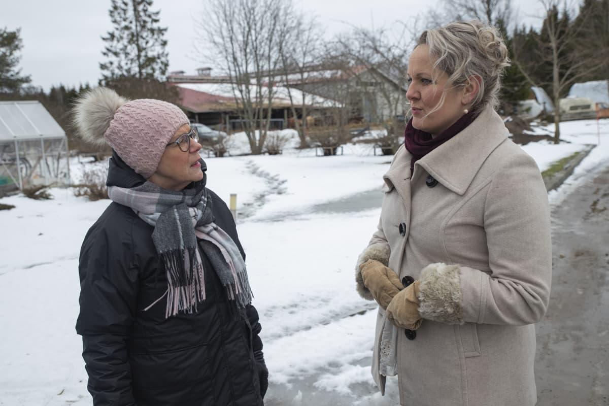 Savon ammattiopiston vanhustyön lehtori Varpu Hämäläinen ja PerhEke-hankkeen koordinaattori Sanna Kosonen keskustelevat.
