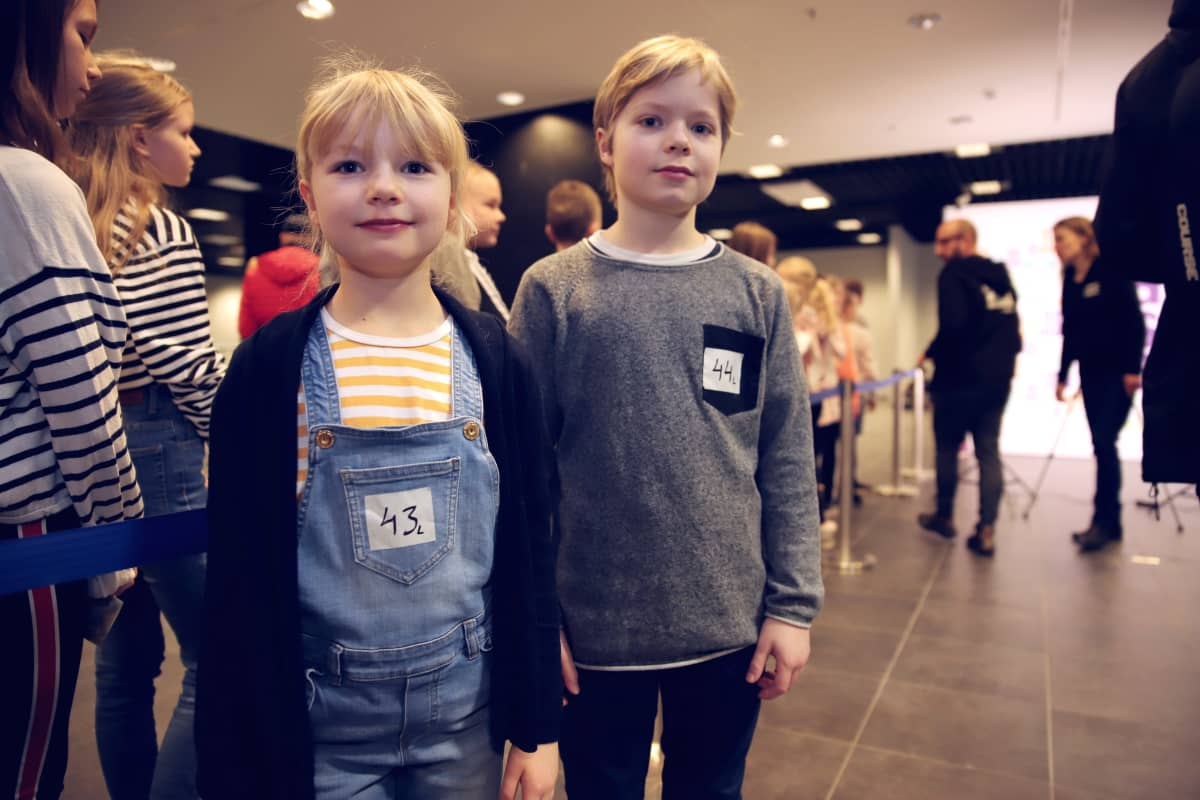 Aini ja Ilmari Ryymin Etsivätoimisto Henkka ja Kivimutka -elokuvan koekuvauksissa Lahdessa kauppakeskus Karismassa.