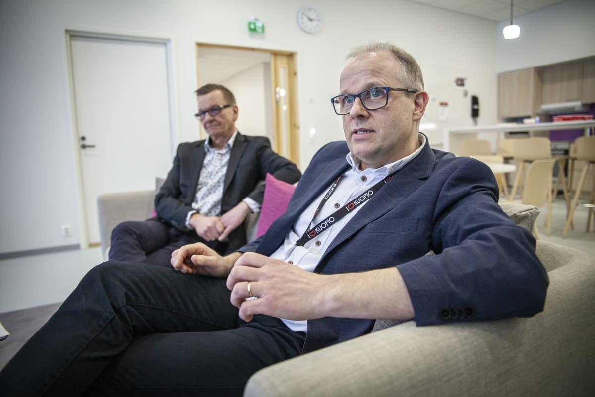 Harri Korteniemi rehtori Hiltulanlahden koulu ja taustalla Kuopion kaupungin perusopetuspäällikkö Mika Kuitunen