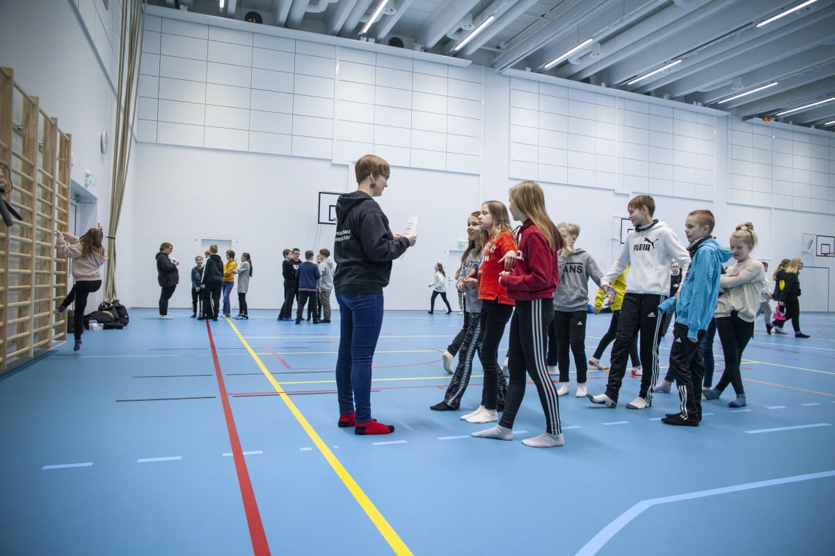 Oppilaita Hiltulanlahden koulun liikuntasalissa