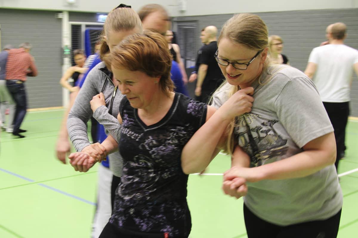 Itsepuolustuskoulutusta opettajille Ylöjärvellä
