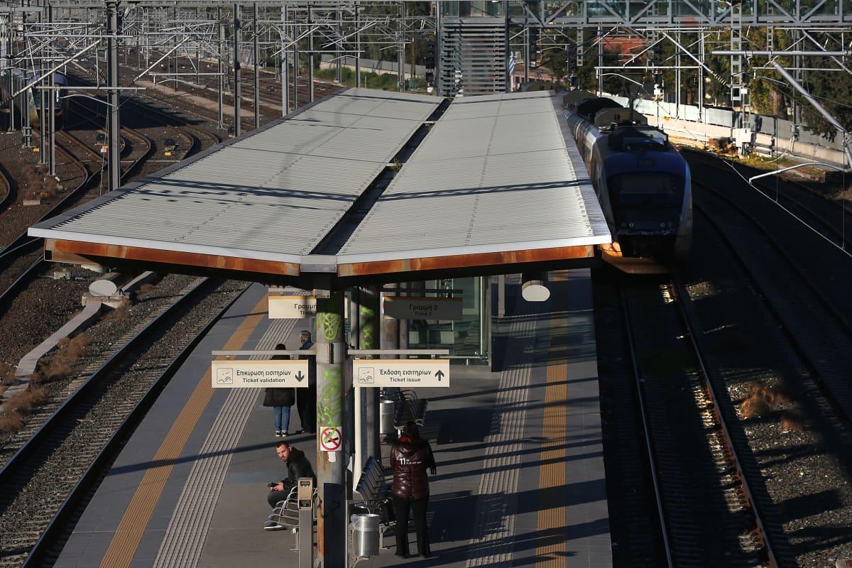 Muutama matkustaja junalaiturilla Ateenassa.