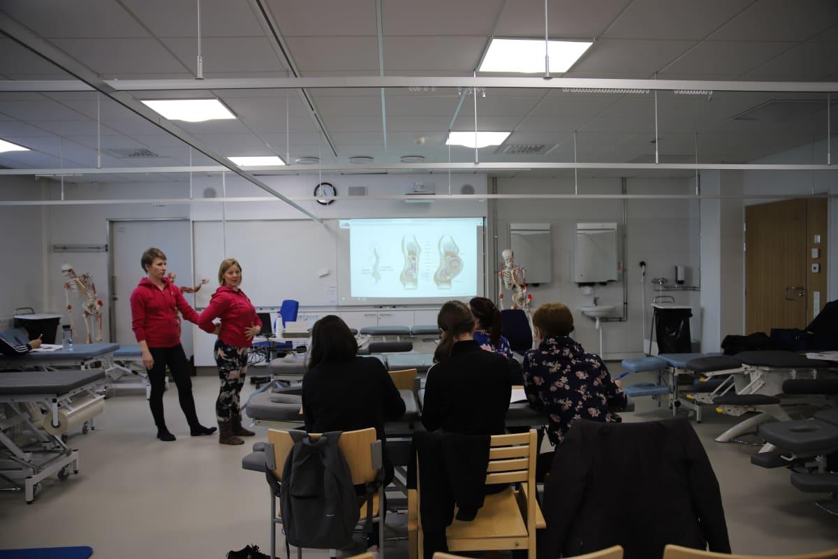 Äitiysfysioterapeutit pitämässä koulutusta fysioterapeuteille