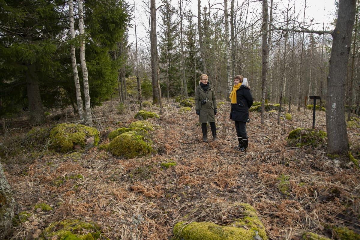 Toimittaja Eeva Hannula ja arkeologia Satu Koivisto Humppilan Järvensuon kivikautisella asuinpaikalla.