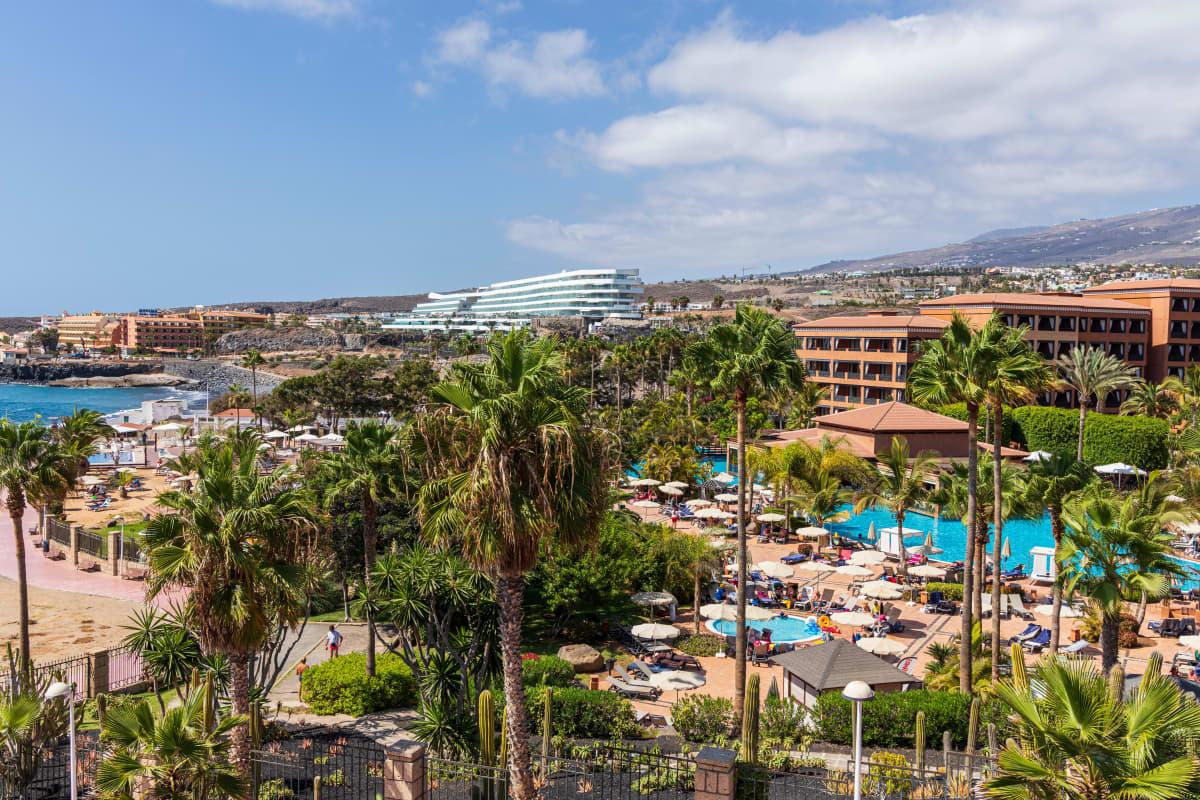 Hotell kantade av palmer och simbassängar.