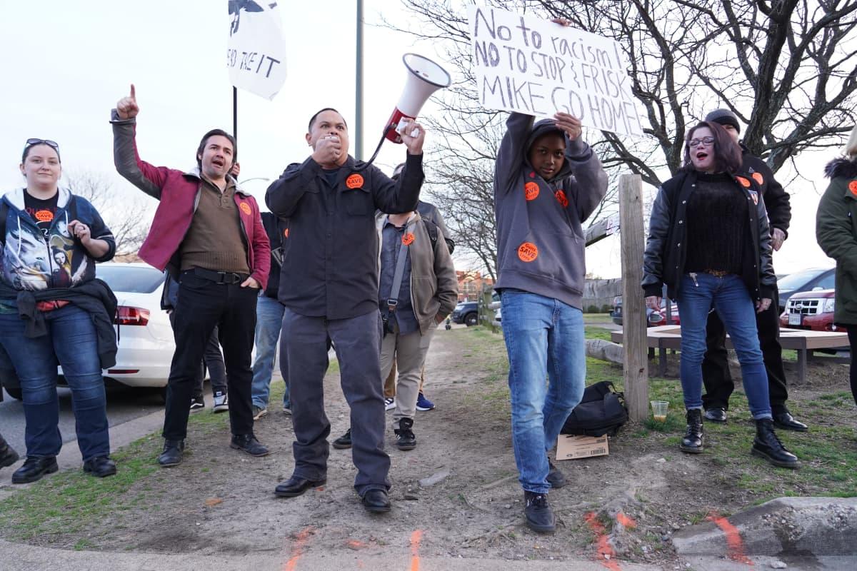 Mielenosoittajia Michael Bloombergin kampanjatilaisuuden ulkopuolella.