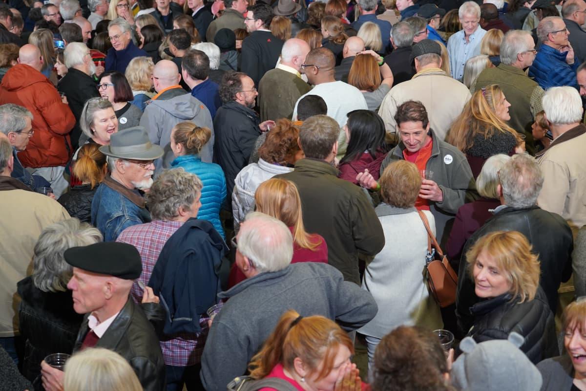 Yleisöä Michael Bloombergin kampanjatilaisuudessa