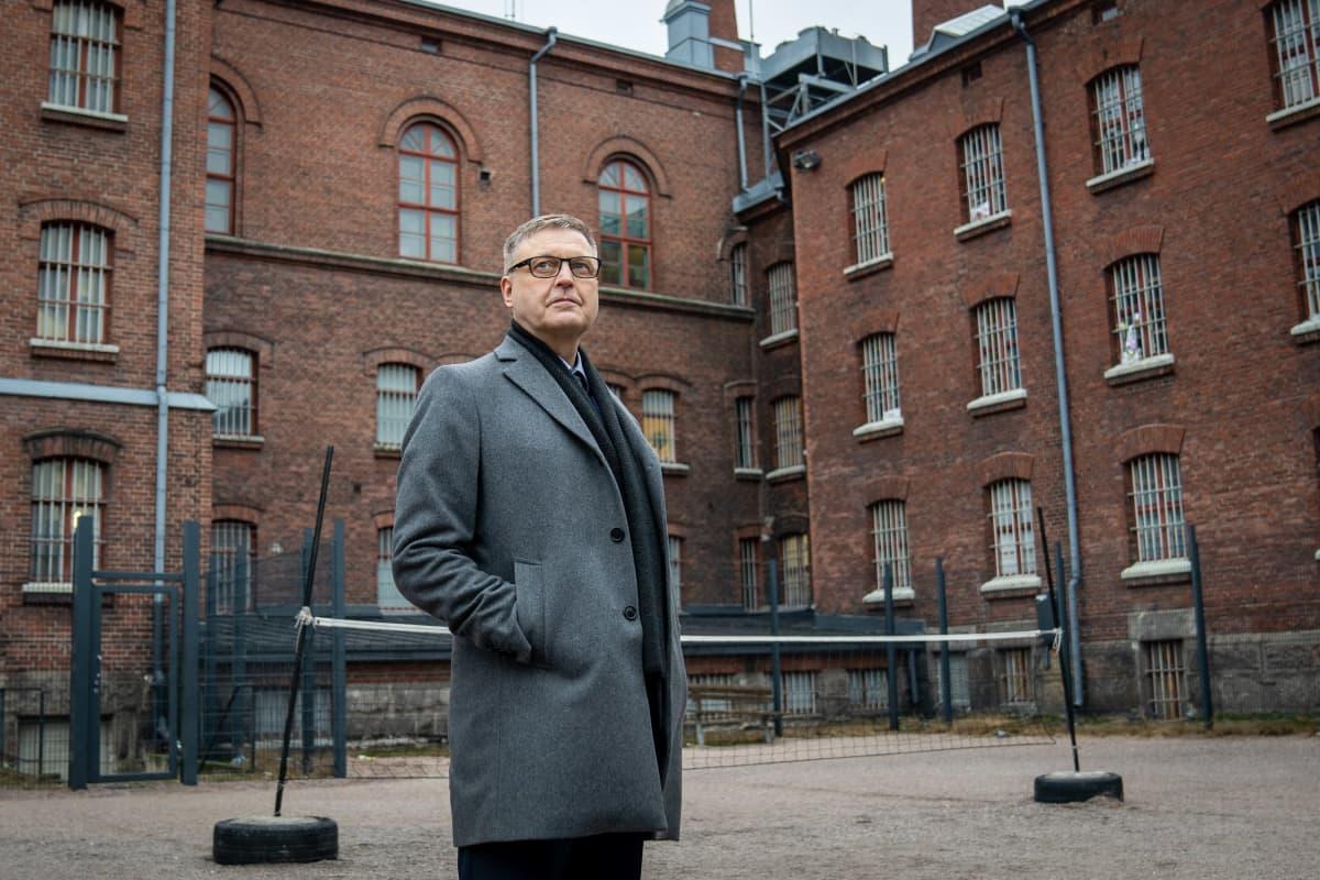 Arto Kujala, RISE pääjohtaja Sörkan vankilan pihalla