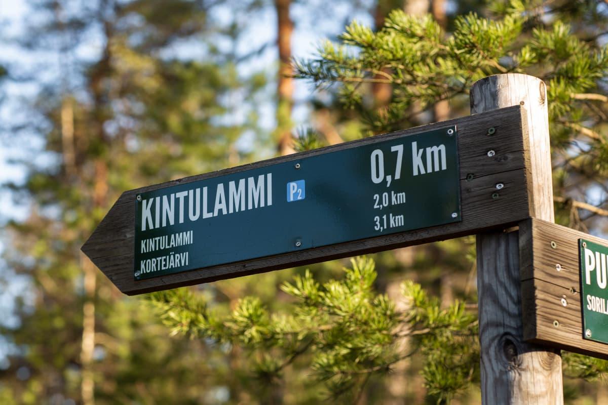 Opaskyltti Kintulammen retkeily- ja luonnonsuojelualueella.