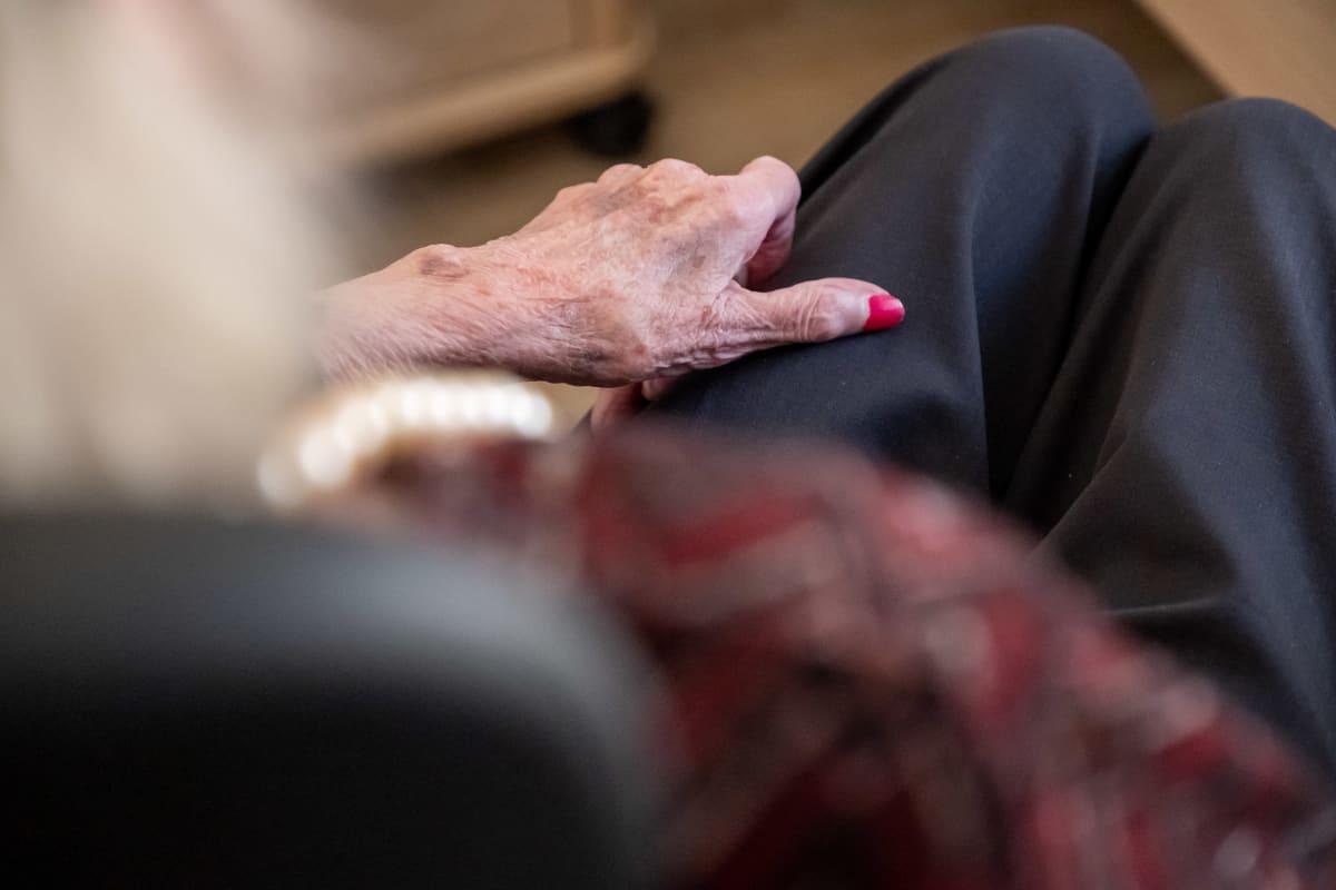 Vanhuksen käsi.