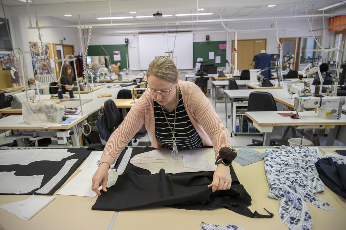 Jaana Luhtala valmistaa pukua.