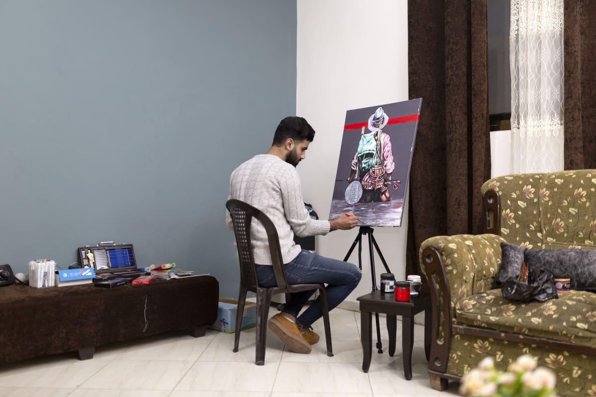 Ismail Matar maalaa taulua.