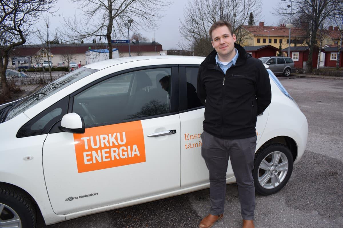 Ville Kuusisto Turku Energian sähköaiton edessä.