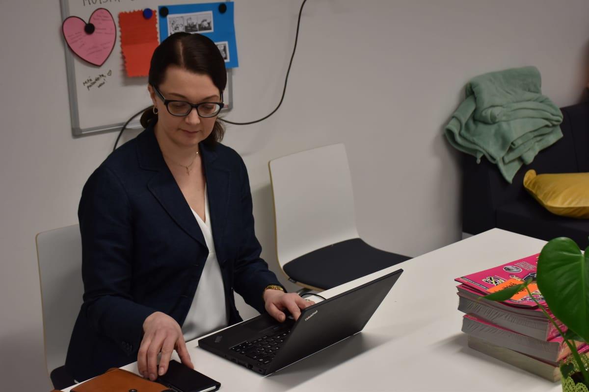 Rehtori Maarit Malmberg istuu työpöytänsä ääressä.