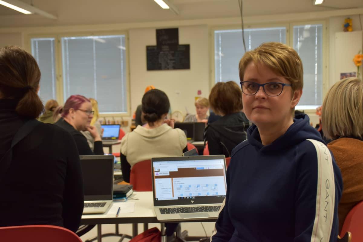 Katja Haavisto Lauttakylän koulun opettajien kokoontumisessa