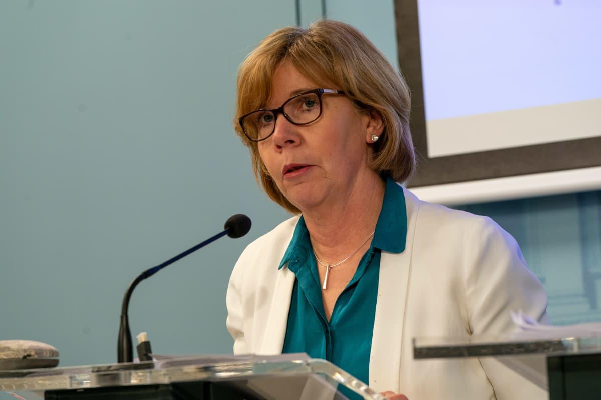 Anna-Maja Henriksson hallituksen tiedotustilaisuudessa.