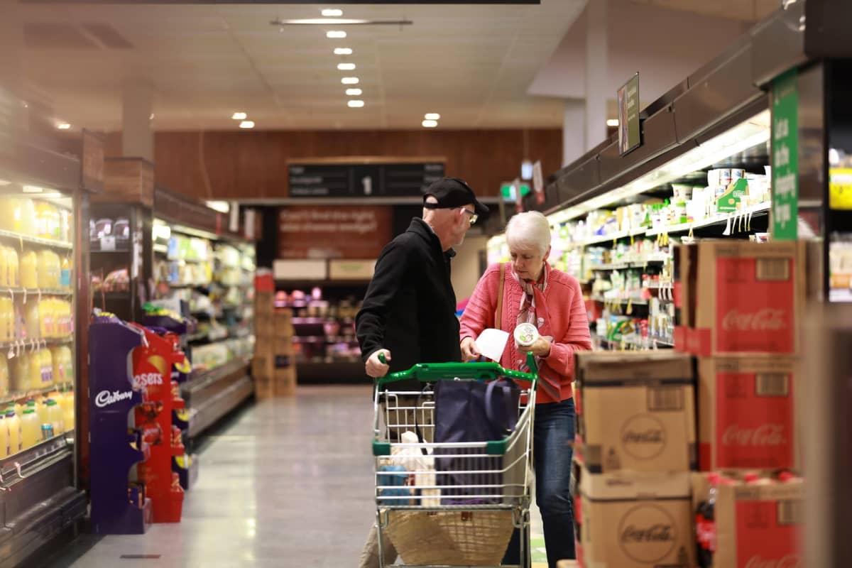 Mies ja nainen kaupassa