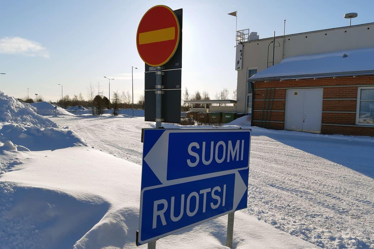 Kielletyn ajosuunnan kyltti Suomen ja Ruotsin rajalla Torniossa.